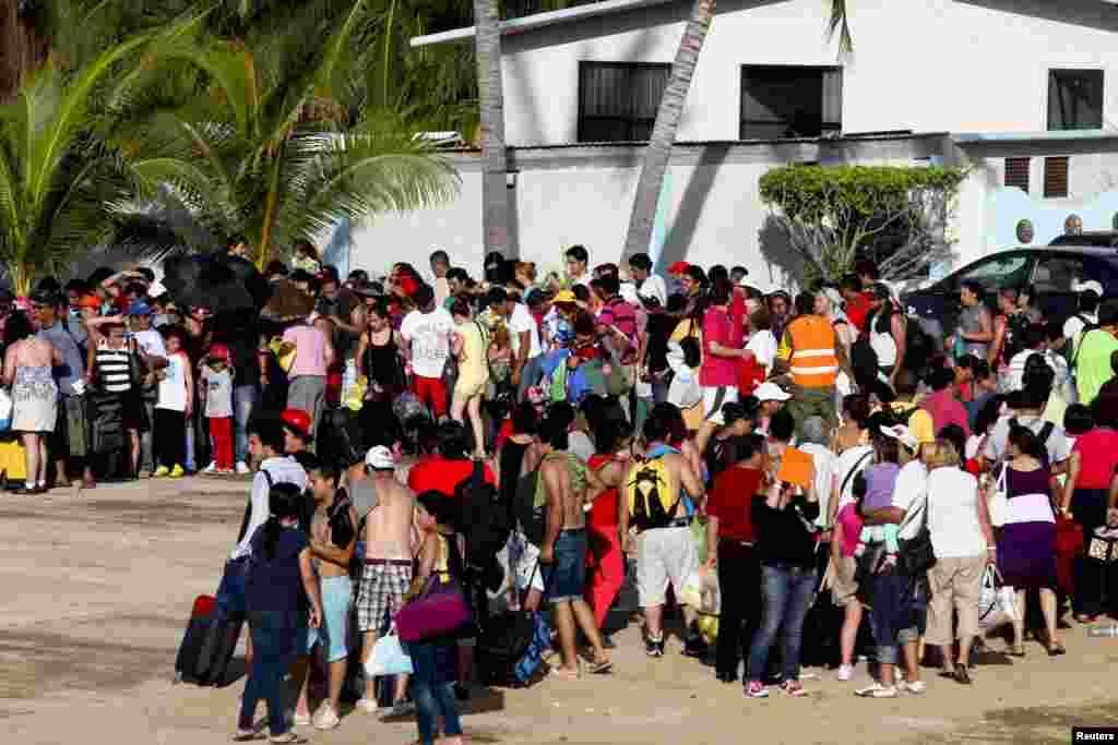 سمندری طوفان کی وجہ سے اکاپلکو کے ساحلی سیاحتی مقام پر تقریبا چالیس ہزار سیاح پھنس کر رہ گئے۔