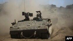 Tentara Israel menggerakkan tank dalam latihan militer di bagian utara Dataran Tinggi Golan, yang dianeksasi Israel, 7 September 2017. (Foto: dok).
