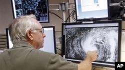 Chuyên viên khí tượng Stacy Stewart giải thích hướng di chuyển của bão Isaac