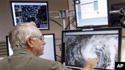 氣象預報人員正在監察熱帶風暴艾薩克的移動方向