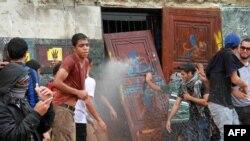 Sinh viên đại học al-Azhar University chặn lối đi vào tòa nhà hành chính trong cuộc biểu tình phản đối hôm 30/10/2013. AFP PHOTO / KHALED KAMEL