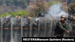 Lực lượng an ninh Venezuela trong cuộc biểu tình của phe đối lập hôm 1/5.