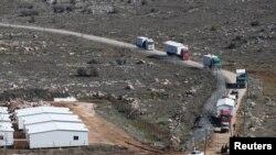 Des camions transportent les maisons préfabriquées lors de la démolition de la colonie illégale d'Amona en Cisjordanie occupée, le 6 février 2017.