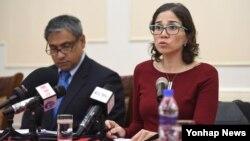 북한을 방문한 카타리나 데반다스 유엔인권이사회 산하 장애인 인권 특별보고관(오른쪽)이 지난 8일 평양 대동강외교단회관에서 열린 기자회견에서 공보문을 발표하고 있다.