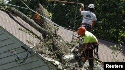 Cuadrillas de electricistas de diversas partes del país prestan ayuda en los estados más afectados.