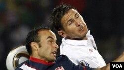 Bintang Amerika Landon Donovan ( kiri ) berebut bola diudara dengan pemain InggrisFrank Lampard ( kanan) pada laga pertama mereka yang berakhir imbang 1-1. Amerika harus menang atas Slovenia untuk mengamankan posisinya melangkah ke putaran kedua.