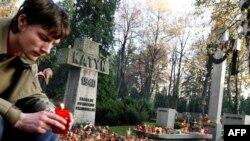 Ožalošćeni pali sveću na groblju stradalima u Katinskoj šumi 1940. godine