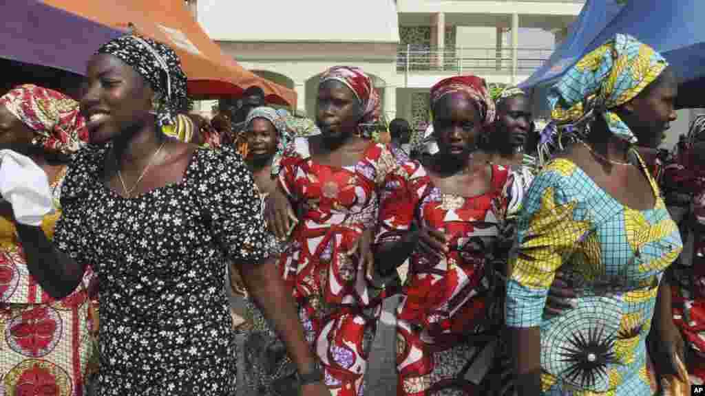Les lycéennesrécemment libérées avant d'être réunies avec leurs parents, à Abuja, au Nigéria, le 20 mai 2017.