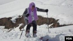 یک دختر اسکی باز افغان در بامیان