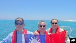 從左至右:立委:陳鎮湘,林郁方,詹凱臣在南沙群島的太平島宣示主權