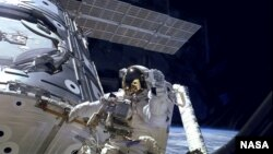 Astronot James H. Newman di luar Stasiun Antariksa Internasional. (Foto: Dok)