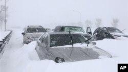 Χιονοθύελλα καθηλώνει πτήσεις και κλείνει σχολεία