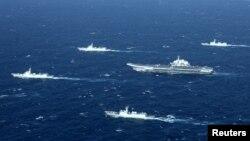 """Tàu sân bay Liêu Ninh của Trung Quốc cùng các tàu hộ tống trong một cuộc tập trận trên biển Đông. Việt Nam lên tiếng phản đối các hoạt động """"của các bên liên quan"""" trong khu vực biển có tranh chấp mà không có sự đồng ý của Hà Nội."""