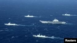 中国的辽宁号航母及其舰队在南中国海海域进行演习(2016年12月)。