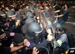 Para demonstran bentrok dengan polisi anti huru-hara dalam aksi protes di Bangkok, Kamis (15/10).