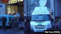 停在莫斯科市中心,今日俄罗斯电视台(RT)的电视转播车 (美国之音白桦拍摄)