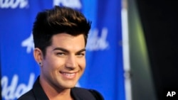 "Adam Lambert poses backstage at the ""American Idol"" finale at the Nokia Theatre at L.A., May 16, 2013, in Los Angeles."