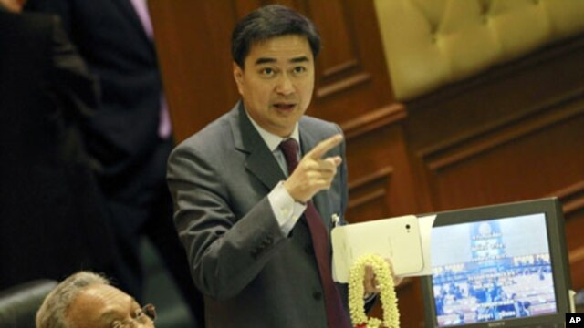 Thai Prime Minister Abhisit Vejjajiva (R) and Deputy Prime Minister Suthep Thaugsuban look at a monitor displaying votes during a censure debate against the government and nine ministers, at parliament in Bangkok, March 19, 2011