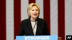 Ứng cử viên tổng thống Đảng Dân chủ Hillary Clinton phát biểu về kinh tế tại Trường Dạy nghề Fort Hayes ở Columbus, Ohio, ngày 21 tháng 6 năm 2016.