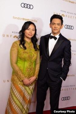 Livi Zheng bersama aktor John Cho di ajang the Unforgettable Gala (Dok: Livi Zheng)