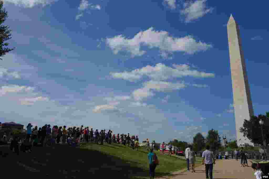 首都华盛顿的方尖碑下,人群翘首以盼教宗到来。