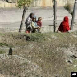 អ្នកភូមិនៅតំបន់កាស្មៀរដើរកាត់ផ្នូរខ្មោចមួយកន្លែងដែលកប់ទៅដោយអ្នកស្លាប់ដែលមិនស្គាល់ អត្តសញ្ញាណនៅឯ Bimyar ដែលមានចម្ងាយប្រមាណ៩៦គីឡូម៉ែត្រពីភាគខាងត្បូងក្រុង Srinagar ប្រទេសឥណ្ឌា (រូបថតឯកសារ)