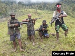 Beberapa anggota Tentara Pembebasan Nasional Papua Barat-Organisasi Papua Merdeka (TPNPB-OPM) pimpinan Egianus Kogoya. (Courtesy: TPNPB-OPM)