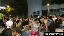 Sinh viên biểu tình giúp nhau vượt qua một chướng ngại vật trên đường phố Hong Kong. (Ảnh: Nguyễn Hoàng Thanh Tâm)