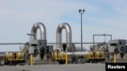 Salah satu pompa minyak jaringan pipa milik perusahaan TransCanada yang beroperasi di luar Steele City, Nebraska, 10 Maret 2014.