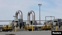 Stasion pompa pipa minyak TransCanada beroperasi di kota Steele City, Nebraska (foto: ilustrasi). Presiden AS Donald Trump mengeluarkan perintah untuk memulai langkah pembangunan dua pipa minyak, yang menuai protes baru.