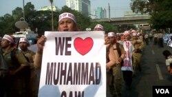 Aksi massa PKS menentang film 'The Innocence of Muslims' di depan Kedutaan Besar Amerika di Jakarta hari Rabu 19/9 (foto: VOA/Andylala).