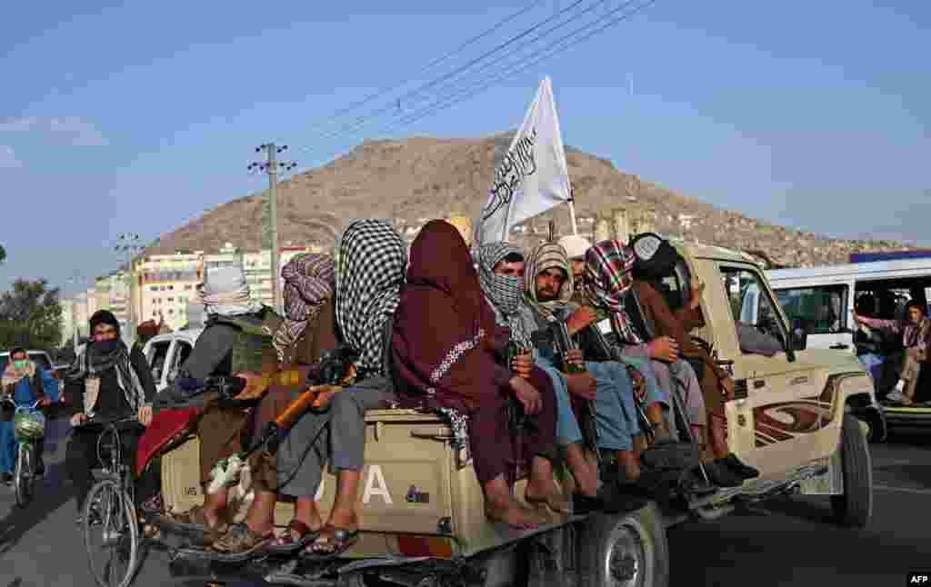 무장한 탈레반 대원들이 아프가니스탄 카불 거리를 순찰하고 있다.