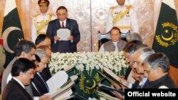 صدر زرداری وزراء سے حلف لے رہے ہیں