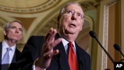 Mitch McConnell, pemimpin faksi mayoritas di Senat dari Partai Republik berbicara kepada media (foto: dok).