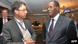 Ông Alassane Ouattara (phải) tuyên bố một ủy ban cấp cao của Liên hiệp Châu Phi đã xác nhận ông là người chiến thắng trong cuộc bầu cử Tổng thống Côte D'Ivoire