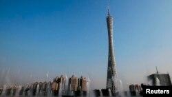 중국 광저우시의 스카이라인 사이로 '광저우 TV 타워'가 우뚝 솟아있다.