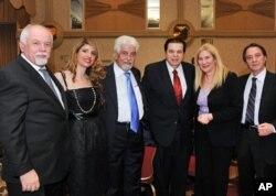 Παύλος Κοτρότσιος, Σταυρούλα Κοτρότσιου, Θεόδωρος Σπυρόπουλος, Γιώργος Μπίστης, Μαρία Αρβανίτη, ιδιαιτέρα του Πρέσβη της Ελλάδος, και Βασίλης Καπετανγιάννης, Σύμβουλος Τύπου Ελληνικής Πρεσβείας