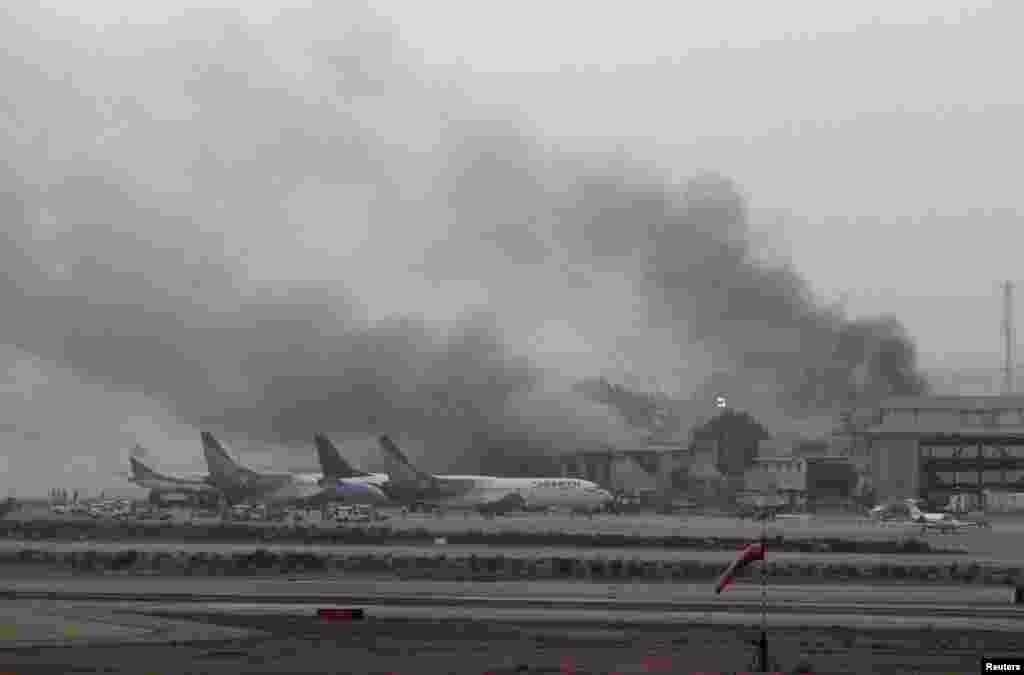 کراچی کے ہوائی اڈے پر دہشت گردوں کے حملے میں 10 حملہ آوروں سمیت کم ازکم 28 افراد ہلاک ہو گئے۔