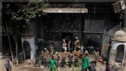 سربازان مصری در برابر محل سفارت اسراییل در قاهره پس از حمله به آن. ۱۱ سپتامبر ۲۰۱۱