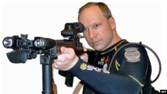 Anders Behring Breivik chuẩn bị những bức ảnh chân dung gây ấn tượng, mặc đồ biệt kích cầm súng máy