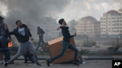 Palestinian protesters clash with Israeli troops following protests against U.S. President Donald Trump's decision to recognize Jerusalem as the capital of Israel, in the West Bank city of Ramallah, Dec. 7, 2017.