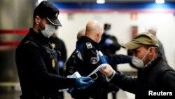 policia spanjolle duke shpërndarë maska falas në stacionet e trenit
