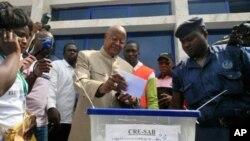 Ex-primeiro-ministro Carlos Gomes Junior votando em Bissau