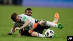 L'Argentin Lionel Messi au premier plan et le Nigérian John Obi Mikel se disputent le ballon lors du match du groupe D entre l'Argentine et le Nigeria lors de la Coupe du monde de football 2018 au St Petersburg Stadium à Saint-Pétersbourg, Russie, 26 juin 2018.