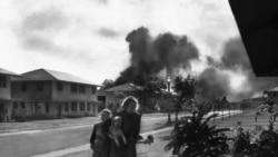 თავდასხმიდან რამდენიმე წუთის შემდეგ ამერიკელი სამხედროების ცოლები ცდილობენ გაიგონ რა მოხდა.