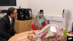 지난달 8일 영국 퀸엘리자베스병원에서 아시프 알리 자르다리(왼쪽) 파키스탄 대통령과 만난 말라라 유사프자이(가운데).