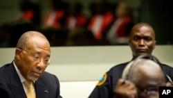 Mantan Presiden Liberia Charles Taylor (kiri) menunggu keputusan hakim Pengadilan Khusus untuk Sierra Leone (SCSL) di Leidschendam, dekat Den Haag, Belanda, 26 September 2013 (Foto: dok).