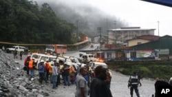 Các thợ mỏ tụ tập chờ tin tức về các đồng nghiệp của họ đang bị mắc kẹt trong vụ sập đường hầm tại mỏ Freeport-McMoRan ở Grasberg, miền đông Indonesia, ngày 15/5/2013.