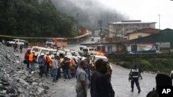 인도네시아에서 14일 광산 붕괴사고가 일어난 가운데, 현장 주변에 모인 구조대와 주민들.