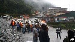 Para pekerja tambang emas dan tembaga PT Freeport Indonesia di Mimika, Papua, berkumpul dan prihatin atas nasib rekan-rekannya yang terjebak di bawah reruntuhan atap sebuah ruang bawah tanah di pertambangan tersebut. Atap tersebut rubuh, Rabu, 15 Me i2013 yang lalu.